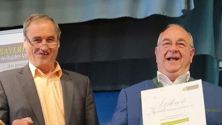 Vorsitzender Alois Brundobler überreicht Rudolf Weinberger die Urkunde zum Ehrenmitglied, © Rosi Raab/BHV