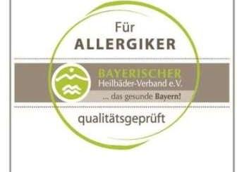 Das Hausschild zertifizierter Betriebe kennzeichnet auch geprüfte Hygienequalität.