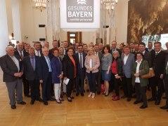 In der Mitte vorne der Vorsitzende des Bayerischen Heilbäder-Verbandes Klaus Holetschek, MdL, links daneben Landtagspräsidentin Barbara Stamm, rechts neben ihm Gesundheitsministerin Melanie Huml.