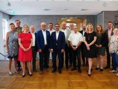 Gruppenfoto bei der BHV-Vorstandssitzung im Alten Amtshaus mit Bürgermeister Bruno Altrichter (5. von links) und dem BHV-Vorsitzenden Klaus Holetschek (rechts neben ihm).