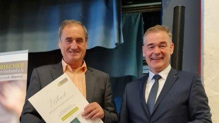 Schatzmeister Peter Berek gratuliert Alois Brundobler zur Ernennung zum Ehrenmitglied, © Rosi Raab/BHV