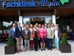 Die BHV-Vorstandschaft mit dem Verbandsvorsitzenden Klaus Holetschek (4. von rechts) beim Besuch in der Fachklinik Allgäu mit Bürgermeisterin Michaela Waldmann (links daneben)  und dem Geschäftsführer der Klinik Andreas Nitsch (2. von links).