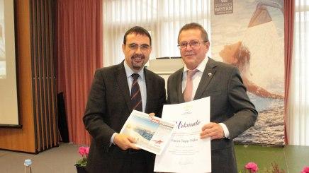 Vorsitzender Klaus Holetschek gratuliert Sepp Höfer zur Ernennung zum Ehrenmitglied, © Bayerischer Heilbäder-Verband e.V.