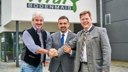 Vorsitzender Klaus Holetschek mit Bürgermeister Joli Haller (rechts) und Bernhard Mosandl (links), Geschäftsführer der Bodenmais Tourismus und Marketing GmbH, © Bodenmais Tourismus/Felgenhauer