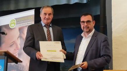 Vorsitzender Alois Brundobler gratuliert Minister Klaus Holetschek zur Ernennung zum Ehrenvorsitzenden, © Rosi Raab/BHV