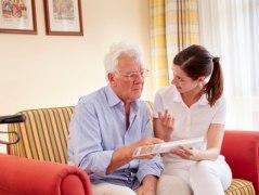 Pflegekräfte müssen oft Überzeugungsarbeit leisten, wenn es um die Einnahme von Medikamenten geht, © Bayerischer Heilbäder-Verband e.V.