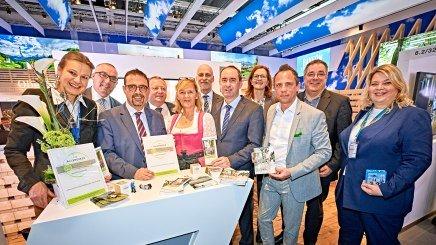 Hubert Aiwanger, Bayerischer Staatsminister für Wirtschaft, Landesentwicklung und Energie (5. v. re.) und Thorsten Glauber, Bayerischer Staatsminister für Umwelt und Verbraucherschutz (4. v. re.) am BHV-Stand auf der ITB mit BHV-Vorsitzendem Klaus Holetschek (3. v. li.), BHV-Projektleiterin Anja Bode (li.), Sonja Kretschmar (re.) und Olaf Seiche (2. v. re.) von TÜV Rheinland, © bayern.byGert_Krautbauer